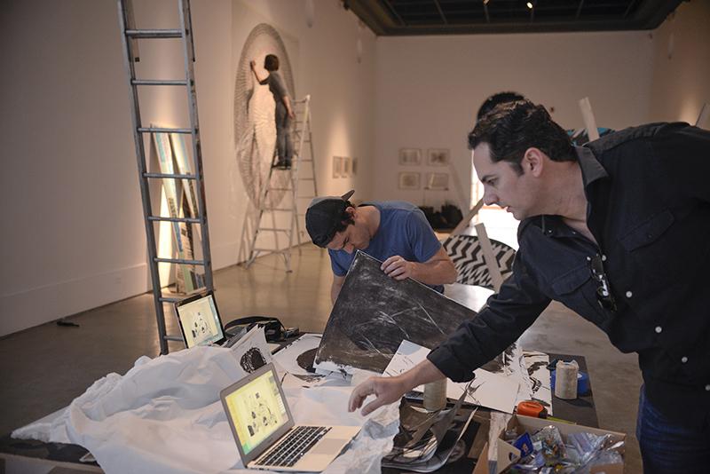 Rodolfo Kronfle dirigiendo el montaje de la muestra. Foto: Ricardo Bohórquez